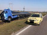 FOTÓK: Árokba hajtott egy kamionos az M3-as autópályán – Úgy tudjuk a sofőr elaludt