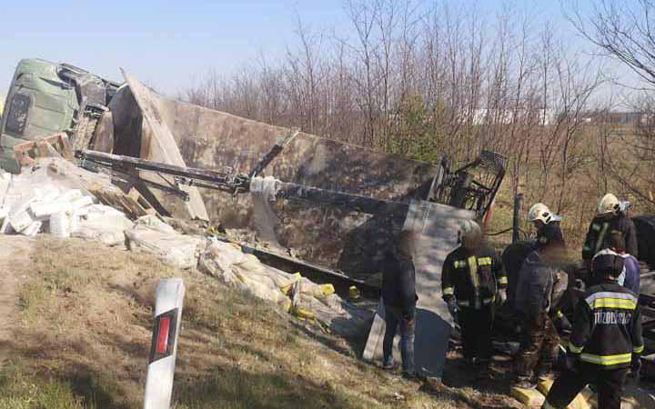 FOTÓK: Árokba borult a cementet szállító teherautó az M5-ösön