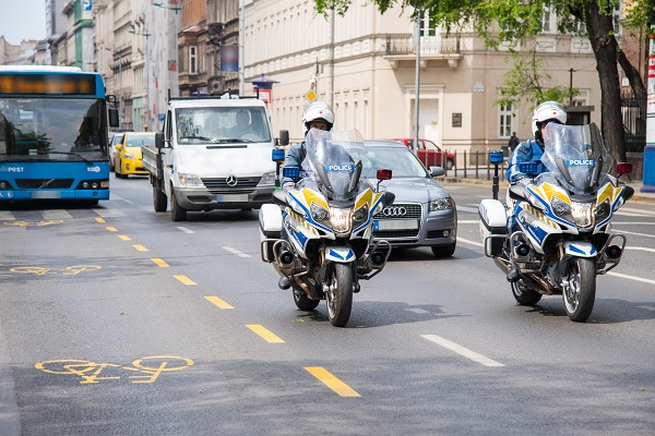 VIDEÓ: Motorosrendőrök segítik a kerékpárosokat az ideiglenes biciklisávoknál