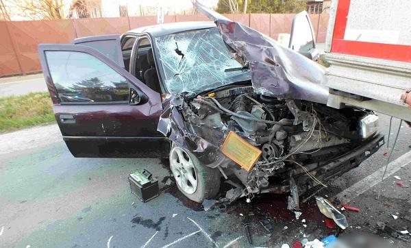 FOTÓK: Ittas sofőr ütközött teherautóval – Az autós utasa súlyosan megsérült