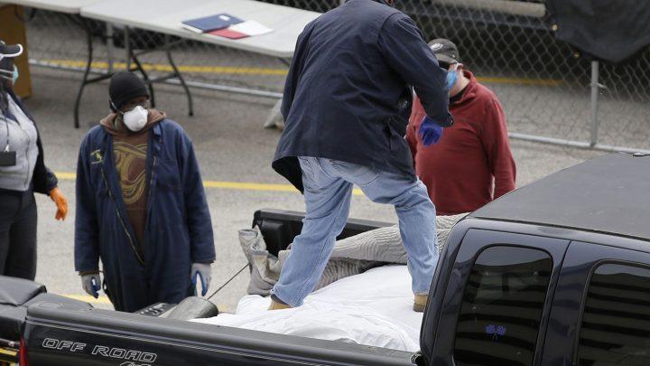 Holttesteket szállítottak egy kisteherautó platóján Philadelphiában