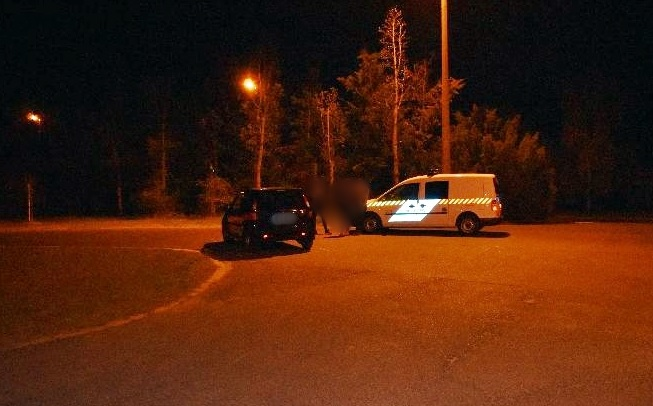 Az autó motorháztetején feküdt a férfi – Lerepült a kanyarban