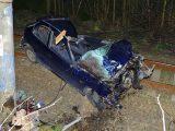 Két halott és három sérült a sinekre zuhanó autóban