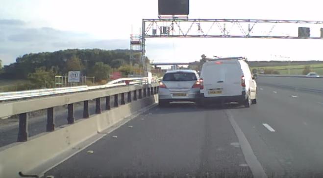VIDEÓ: Nem sokon múlt, hogy a lerobbant autóba rongyoljon – A dobozos sofőrje tuti nem az utat figyelte