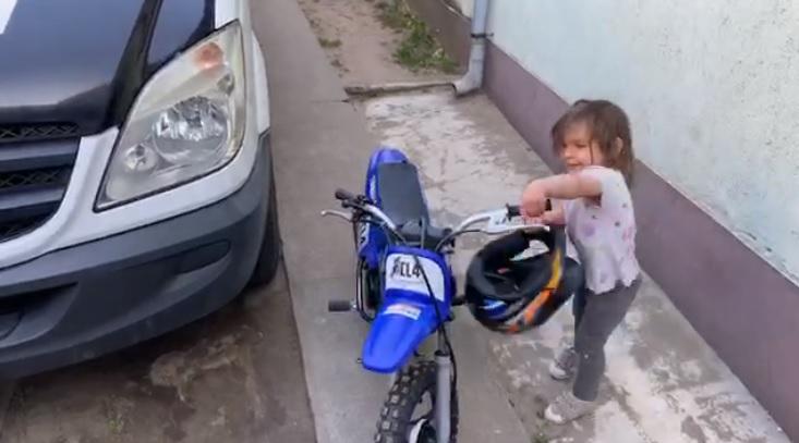 VIDEÓ: Szinte még gagyog, de már motorozni tanul a kislány