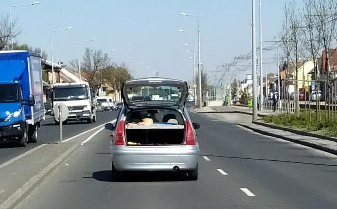 Mennyire figyeli a környezetét az a sofőr, akinek nem tűnik fel 80-nál a nyitva maradt csomagtartó?