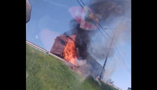 VIDEÓ: Kigyulladt egy kamion vontatmánya Szolnok belterületén