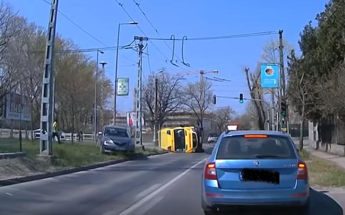 VIDEÓ: Felvételen a mentőautó felborulása Zuglóban – meghökkentő részletek