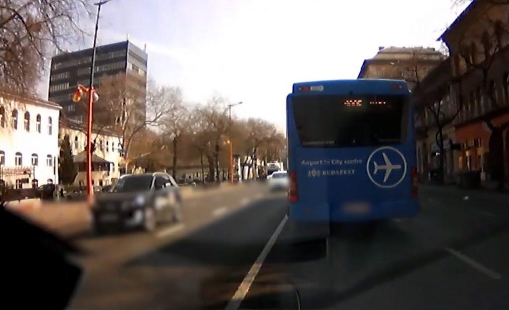 VIDEÓ: 45 másodpercen át képtelen volt lehúzódni a kéklámpás elől a 100E