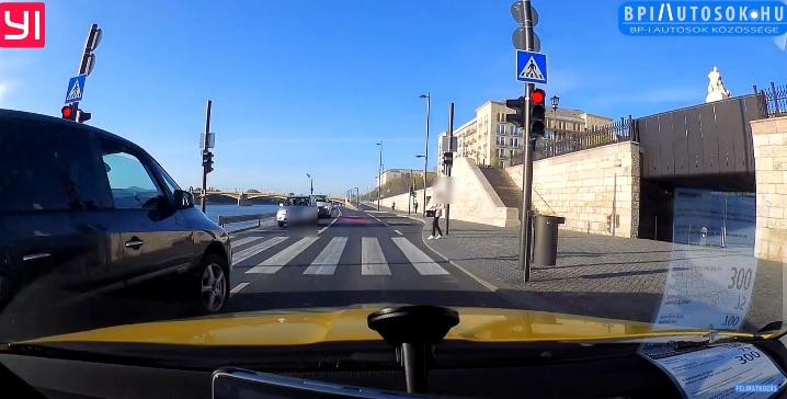 VIDEÓ: Piros lámpa, záróvonal és a zebrán elinduló gyalogos sem érdekelte ezt az őrültet