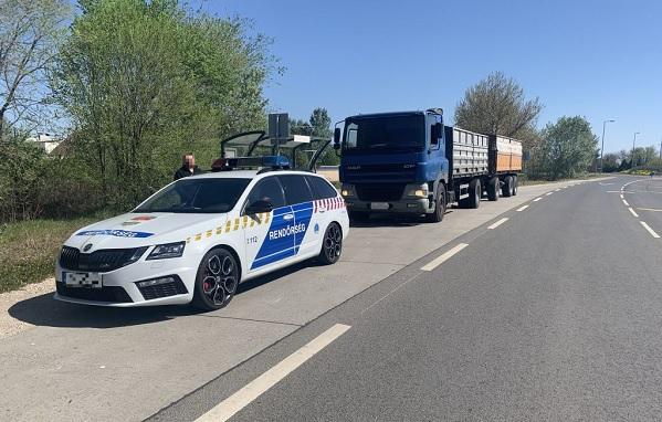VIDEÓ: Lefordítható rendszámmal próbálta elkerülni az útdíjakat a teherautós
