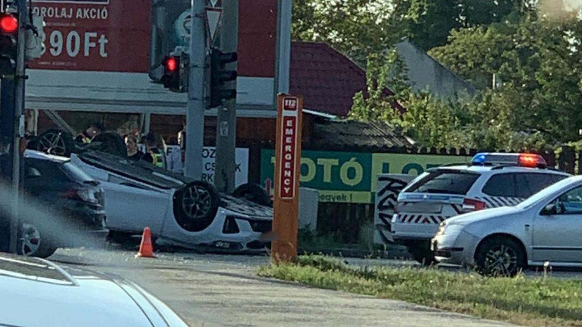 FOTÓK: Felborult egy autó a Gyömrői úton, a Csévéző utcánál