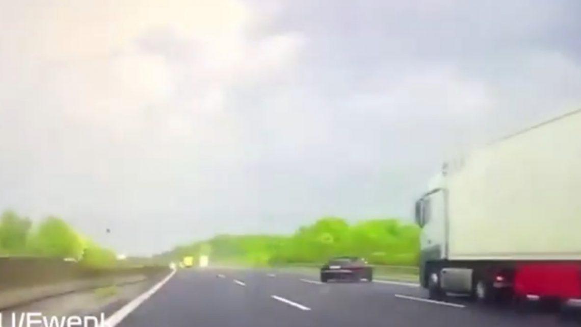 VIDEÓ: Hihetetlen, de megfogta! Szárazról a nedves szakaszra hajtott a pályán