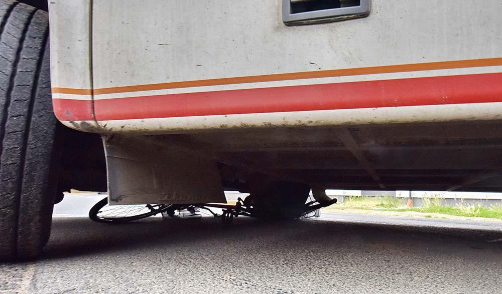 VIDEÓ: Maga alá gyűrte a busz a kanyarodó kerékpárt