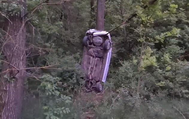 VIDEÓ: 25 méteres szakadékba zuhant két tinédzser egy elkötött autóval Dunaújvárosnál