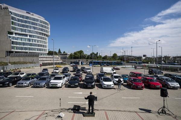 FOTÓK: Autós istentiszteletet tartottak egy 11. kerületi P+R parkolóban