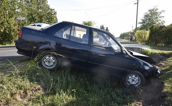 FOTÓK: Éjszakai műszak után aludt el a Suzuki sofőrje – Letért az útról és árokba csapódott