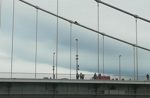 Felmászott valaki az Erzsébet hídra, emiatt lezártak két sávot Buda felé