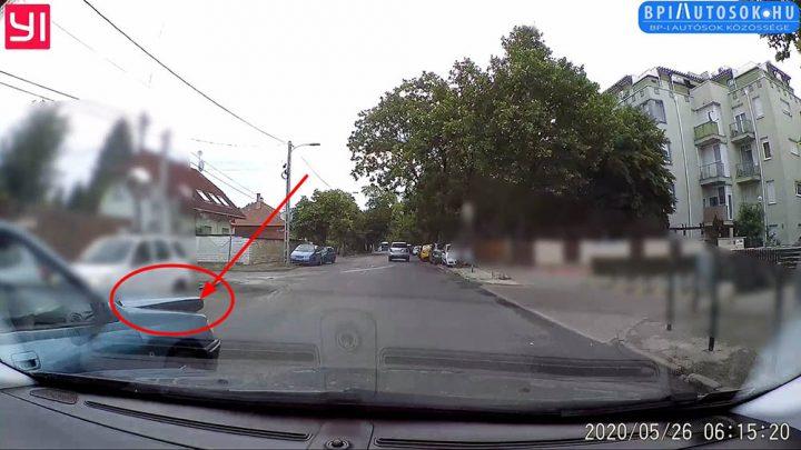 VIDEÓ: Ez a kocsi nem véletlen néz ki így! Még a gyalogost elengedő autós is kihúzta a sofőrnél a gyufát