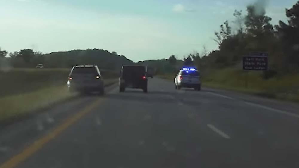 Videón, ahogy rendőrök mentik meg az autópályán megállni képtelen fékhibás autót