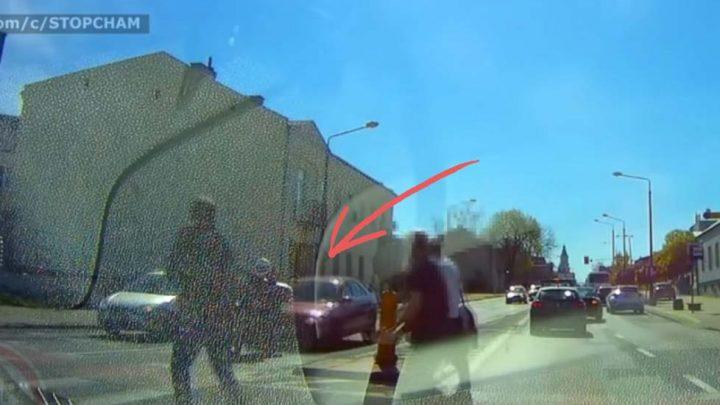 VIDEÓ: Ebbe gondolj bele, mikor a mobilodat nyomkodod vezetés közben