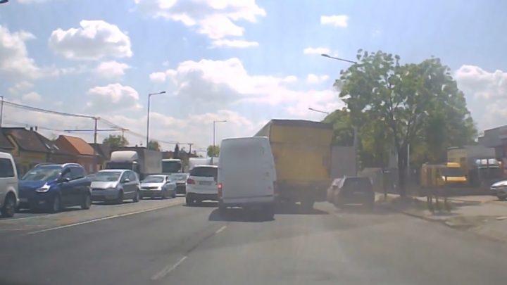 VIDEÓ: Kakaskodásból lett baleset a Grassalkovich úton, ami könnyen súlyosabb is lehetett volna