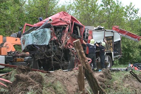 FOTÓK: Esethez vonuló tűzoltókocsi szenvedett balesetet tegnap délután