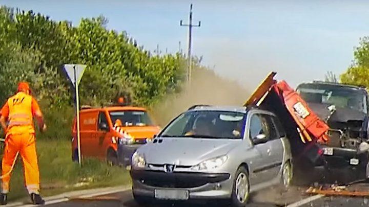 Videón, ahogy belerohan a szabályosan várakozó autósba a 8-as főúton