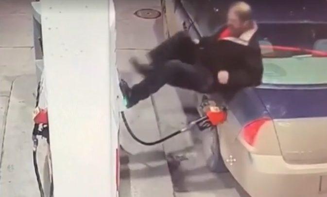 VIDEÓ: Utánozhatatlan dührohamot kapott egy férfi a benzinkúton