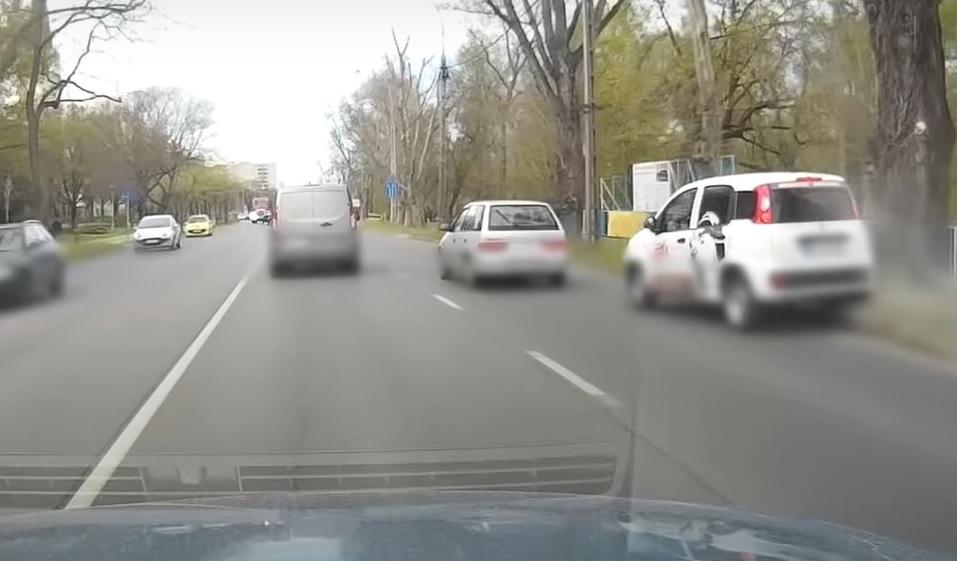 VIDEÓ: Büntetőfékezős kakaskodás, amiben egy harmadik sofőr húzta a rövidebbet