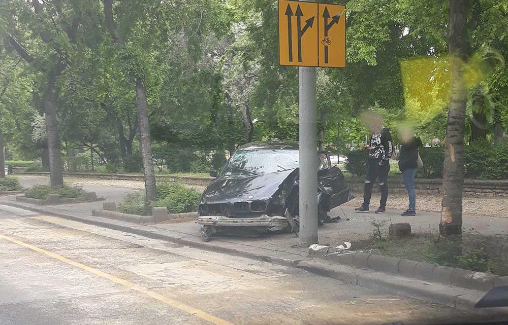 """Megvan az első baleset az """"új"""" Üllői úton. Betontömbnek ütközött hajnalban egy autó"""