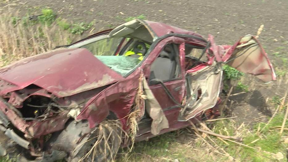 Két gyermek és apjuk sérült meg. Az egyik gyermek kirepült az autóból, amikor árokba hajtottak