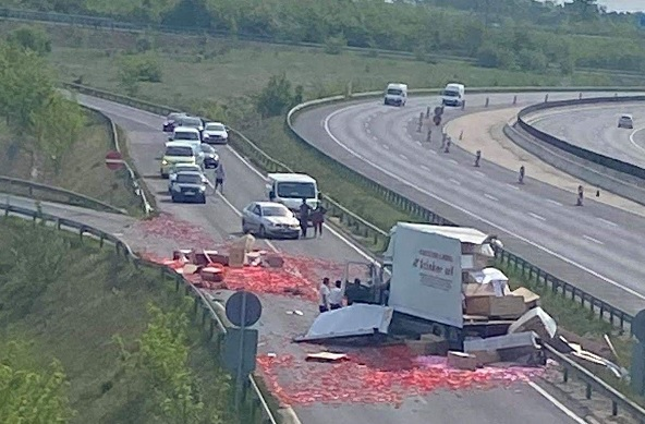 FOTÓK: Teherautó rakománya borult az útra az M0-son a Bilk-nél