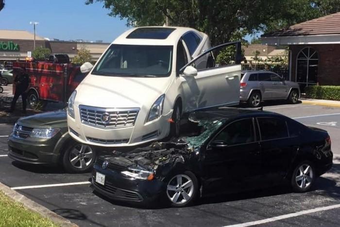 VIDEÓ: Összezavarodott és bepánikolt egy idős texasi sofőr – Két autó tetején landolt