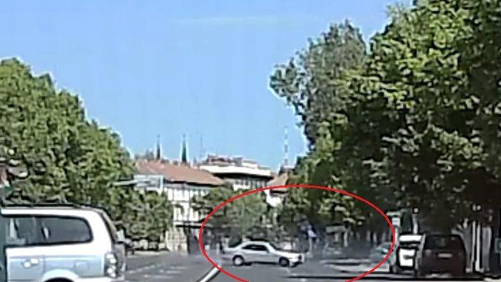 VIDEÓ: Éljen május elseje – Vadult kicsit az út közepén, majd helyre rakott egy parkoló autót