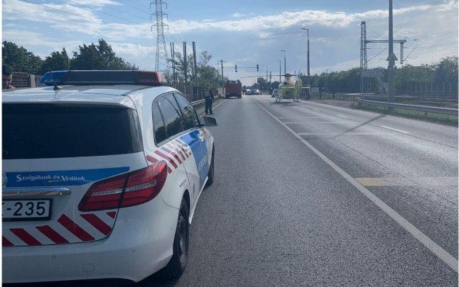 Az anya ölében utazott a gyermek, amikor egy tiloson áthajtó autó beléjük rohant – A gyerek életét vesztette
