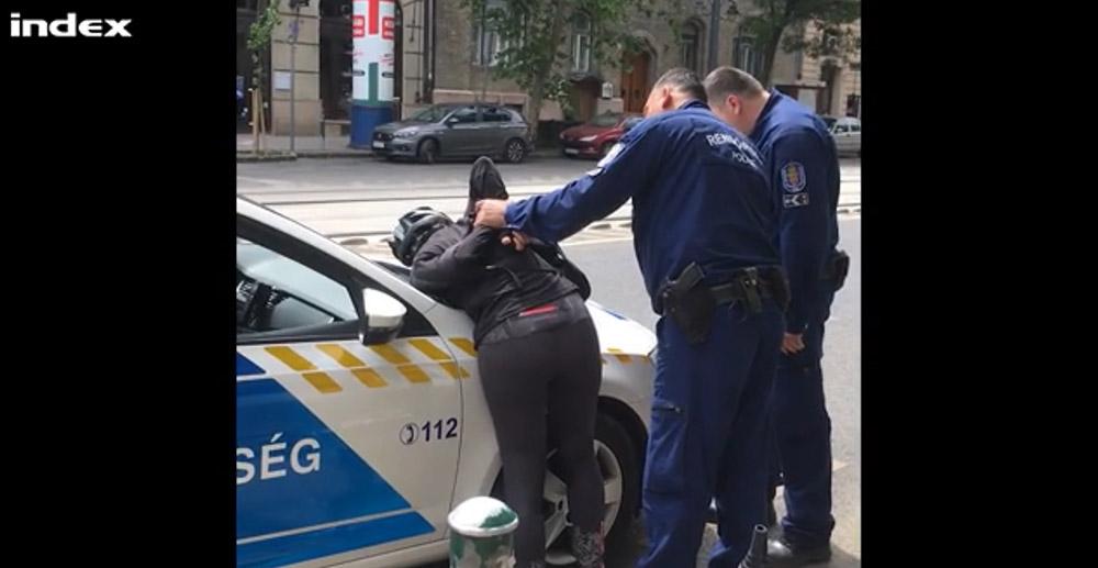 VIDEÓ: Áthajtott a piroson, majd rendőrautóra tepertek egy biciklis nőt Budapesten