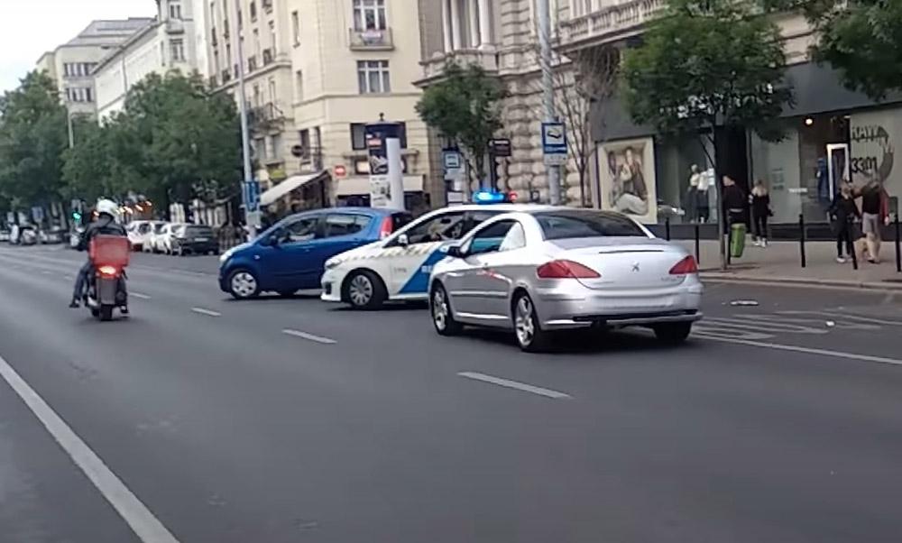 VIDEÓ: Megpróbálta elütni a járőröket, akik erre fegyvert fogtak rá. Pizzafutár állta útját az ámokfutónak