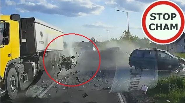 VIDEÓ: Nem állt meg a STOP! táblánál az autós- Két teherautóval ütközött, a motor egyből kiszakadt