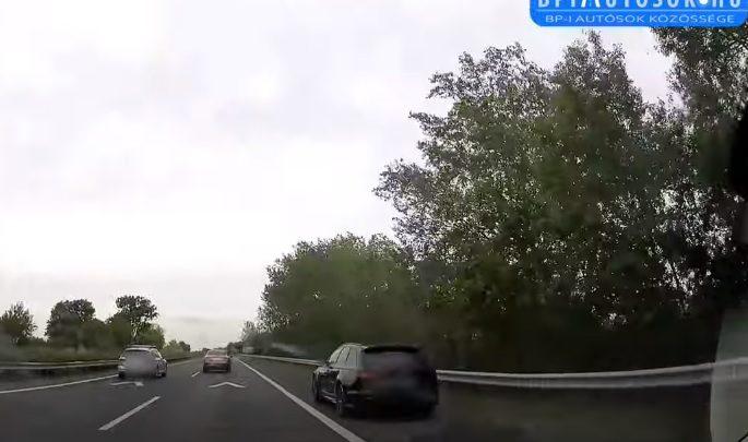 VIDEÓ: Ha azon a leállósávon épp vesztegelt volna valaki…