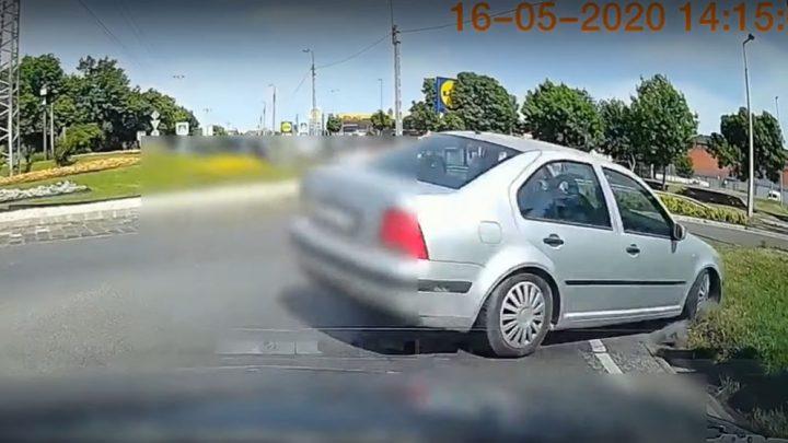Videón, ahogy összetöri magát egy autós a 18. kerületi, Méta utcai körforgalomban