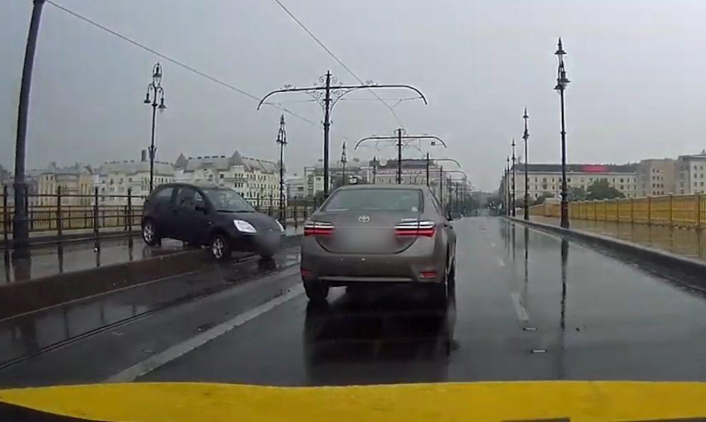 VIDEÓ: Hatalmas piruettel, a peronon végezte ma reggel egy autós a Margit hídon