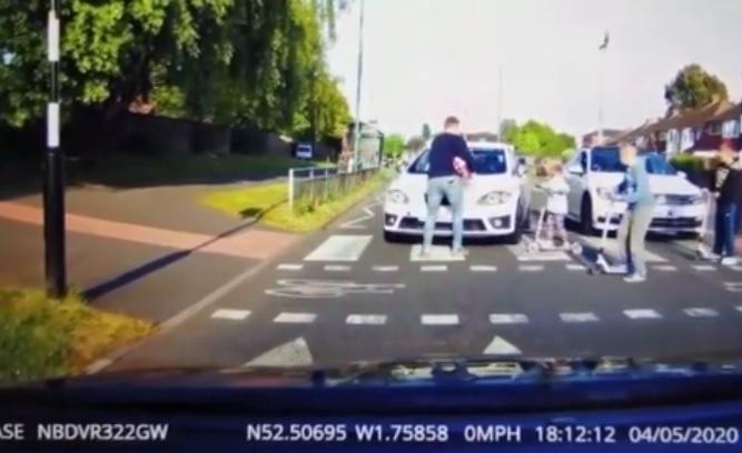 VIDEÓ: Nem akart várni, így kielőzte a zebránál álló autóst – Majdnem elgázolt közben egy kislányt