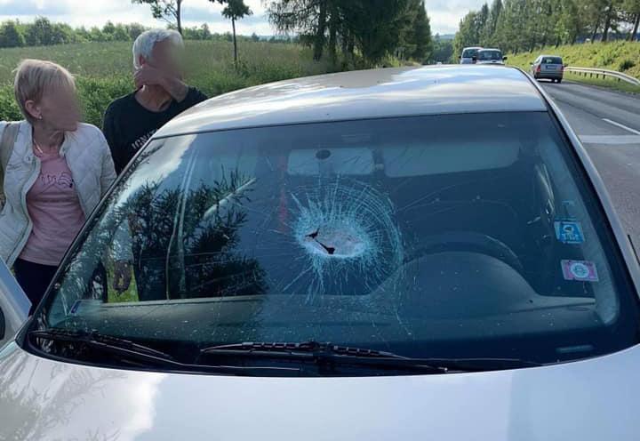 Vasdarab zuhant egy autóba, kis híján halált okozva tegnap. Keresik a kistehert, amiről lezuhant