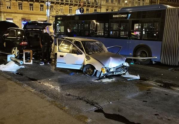 FOTÓK: Csúnya baleset volt péntek éjjel a Blahán, piroson hajtott át a vétkes sofőr