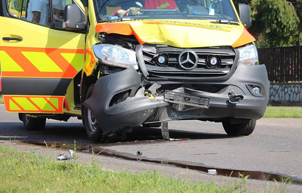 A személyautós lassított, balra akart kanyarodni, a mentő pedig utolérte