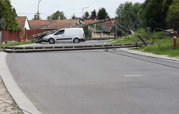 FOTÓK: Nekiment egy oszlopnak az autós, de ezzel egyből 6 másikat is kidöntött