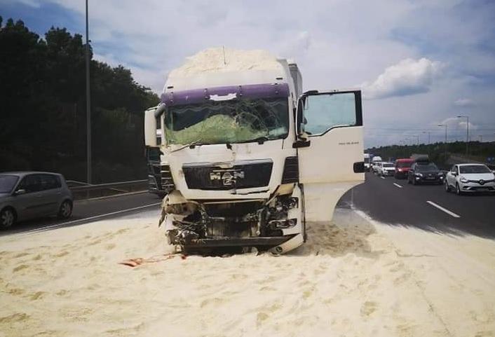 FOTÓK: Három teherautó ütközött az M0-son délután – Rengeteg liszt szóródott az útra