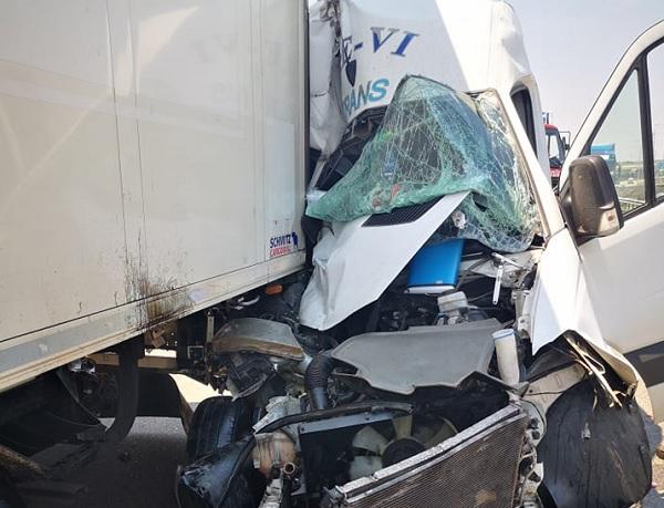 FOTÓK: Nyerges vontató és kisteherautó ütközött az M0-ás autóúton, Budatéténynél