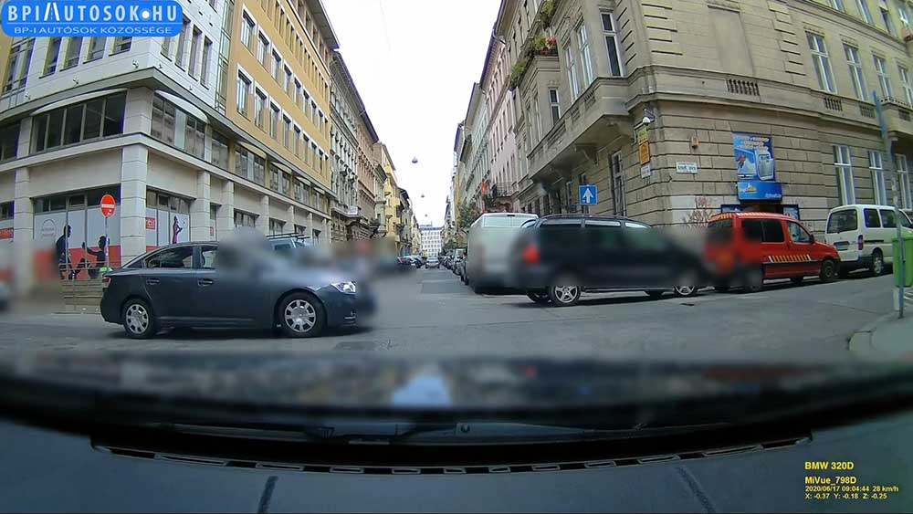 VIDEÓ: Dani óvatosan közelített. Balról jött a diplomata rendszámos autó